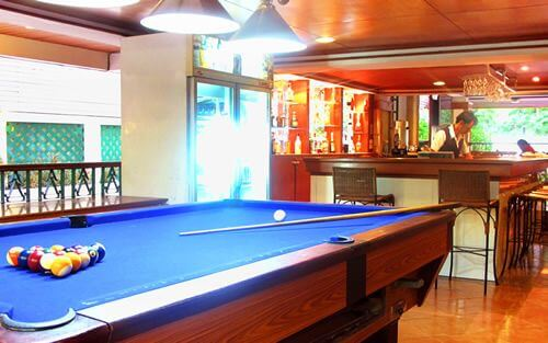 Dezbar and the Pool table